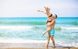 Счастливые молодые пары наслаждаясь морем стоковое фото rf