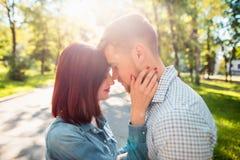 Счастливые молодые пары на парке стоя и смеясь над на яркий солнечный день Стоковая Фотография RF