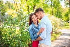 Счастливые молодые пары на парке стоя и смеясь над на яркий солнечный день Стоковое Изображение
