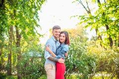 Счастливые молодые пары на парке стоя и смеясь над на яркий солнечный день Стоковые Изображения RF