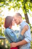 Счастливые молодые пары на парке стоя и смеясь над на яркий солнечный день Стоковая Фотография
