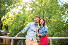 Счастливые молодые пары на парке стоя и смеясь над на яркий солнечный день Стоковое фото RF