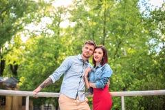 Счастливые молодые пары на парке стоя и смеясь над на яркий солнечный день Стоковое Фото