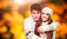 Счастливые молодые пары над предпосылкой осени Стоковые Фотографии RF