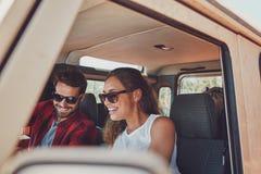 Счастливые молодые пары на roadtrip Стоковая Фотография