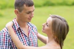 Счастливые молодые пары обнимая один другого Стоковое Фото