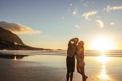Счастливые молодые пары принимая автопортрет на пляж Стоковые Фото