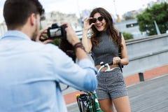 Счастливые молодые пары принимая фото в улице стоковая фотография rf