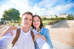 Счастливые молодые пары принимая selfie в Париже дальше Стоковая Фотография RF