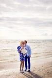 Счастливые молодые пары при ребёнок стоя в воде Стоковое Изображение RF