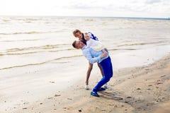 Счастливые молодые пары при ребёнок стоя в воде Стоковые Фотографии RF