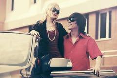 Счастливые молодые пары рядом с автомобилем Стоковые Фотографии RF