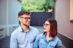 Счастливые молодые пары стоя на улице города и смеясь над на яркий солнечный день Стоковые Фото