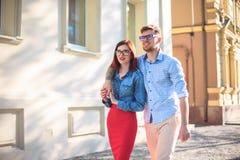 Счастливые молодые пары стоя на улице города и смеясь над на яркий солнечный день Стоковая Фотография RF