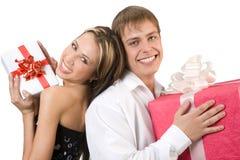 Счастливые молодые пары с настоящими моментами красных и белизны Стоковые Фотографии RF