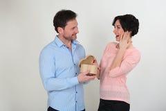 Счастливые молодые пары с подарком Стоковая Фотография RF