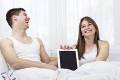 Счастливые молодые пары с цифровым ПК таблетки стоковые фото