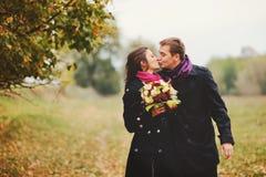 Счастливый молодой целовать пар Стоковые Фотографии RF