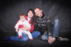 Счастливые молодые родители и маленький младенец Стоковые Изображения