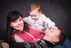 Счастливые молодые родители и маленький младенец Стоковое фото RF