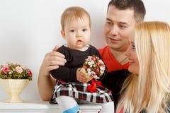 Счастливые молодые семья, папа мамы и маленькая девочка стоковое фото