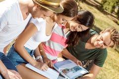 Счастливые молодые студенты в парке Стоковое Фото