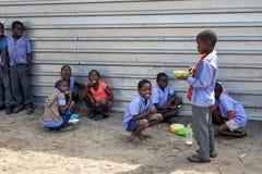 Счастливые намибийские ребеята школьного возраста ждать урок Стоковая Фотография RF