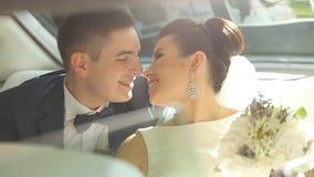 Счастливые новобрачные имея потеху в лимузине сток-видео