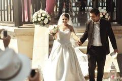 Счастливые новобрачные поженились супруг и невеста пар взбираясь вниз st Стоковое Изображение RF