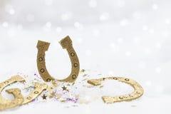 Счастливые Новые Годы приветствиям в белом снеге Стоковое Фото