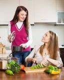 Счастливые обычные женщины варя еду Стоковое фото RF