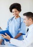 Счастливые доктора встречая на офисе больницы Стоковая Фотография RF