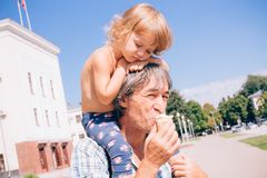 Счастливые отец и дочь совместно, концепция детей и peop Стоковые Изображения RF