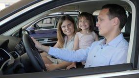 Счастливые отец матери и дочь, хорошее приобретение, наслаждение видеоматериал