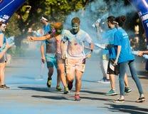 Счастливые пакостные люди бежать на беге цвета Стоковые Изображения
