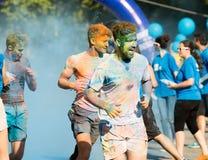 Счастливые пакостные люди бежать на беге цвета Стоковые Изображения RF