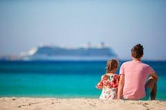 Счастливые папа и маленькая девочка наслаждаются летними каникулами с взглядом на большом lainer стоковые фото