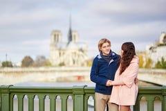 Счастливые пары датировка идя в Париж стоковые фотографии rf