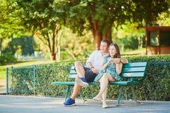 Счастливые пары датировка на стенде в парижском парке стоковое изображение rf