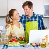 Счастливые пары варя овощи Стоковая Фотография RF