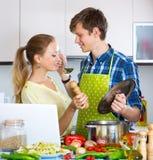 Счастливые пары варя овощи Стоковые Изображения RF