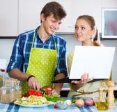 Счастливые пары варя овощи Стоковая Фотография