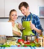 Счастливые пары варя овощи Стоковое Изображение