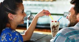 Счастливые пары взаимодействуя пока имеющ milkshake акции видеоматериалы