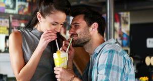 Счастливые пары взаимодействуя пока имеющ milkshake видеоматериал