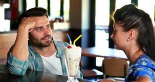 Счастливые пары взаимодействуя пока имеющ milkshake сток-видео