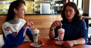Счастливые пары взаимодействуя друг с другом пока имеющ milkshake сток-видео