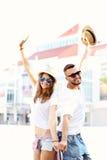 Счастливые пары вися вне в городе Стоковое Изображение RF