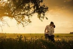 Счастливые пары внешние, летнее время Стоковые Фотографии RF