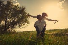 Счастливые пары внешние, летнее время Стоковые Фото